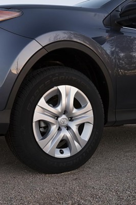 2013 Toyota RAV4 LE 17-inch steel wheels and wheel cap